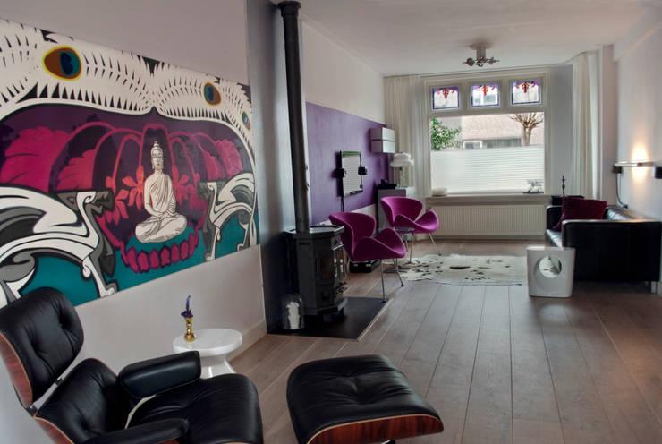 paars en roze : moderne Woonkamer door IJzersterk interieurontwerp