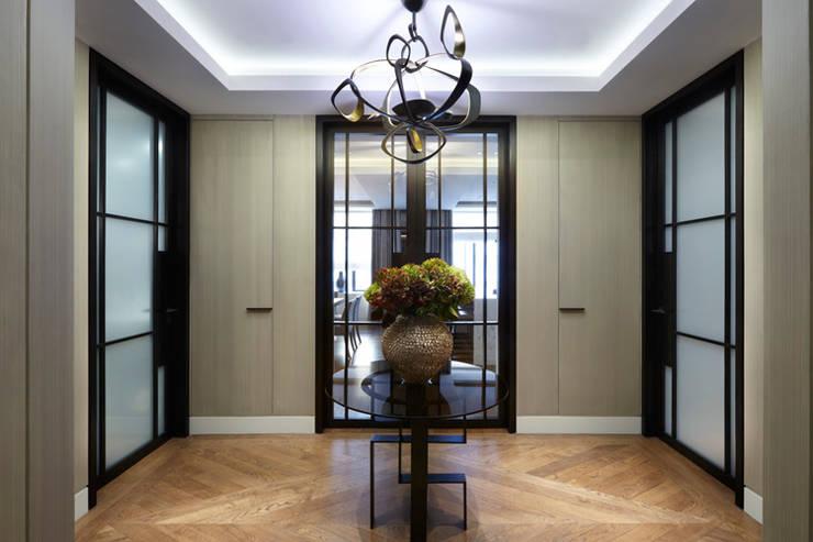 Lateral Apartment, Regents Park:  Corridor & hallway by Helen Green Design