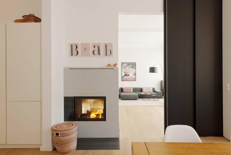 Wohnhaus A in Oldenburg: moderne Wohnzimmer von ANGELIS & PARTNER Architekten mbB