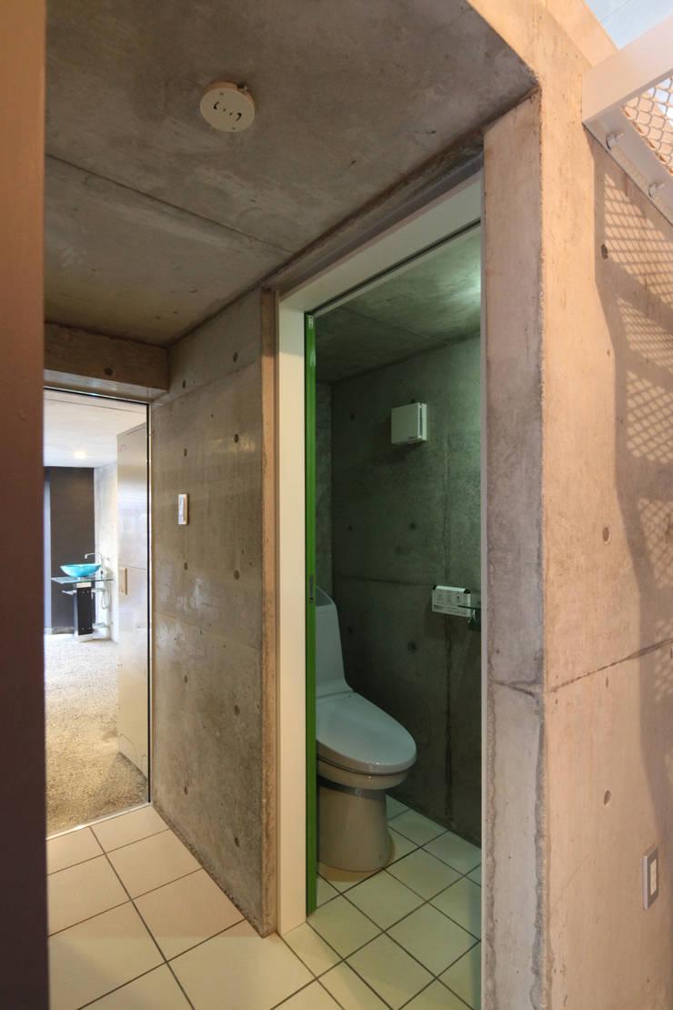 8.8坪の家 – スキップフロアの狭小住宅 –: atelier mが手掛けた浴室です。