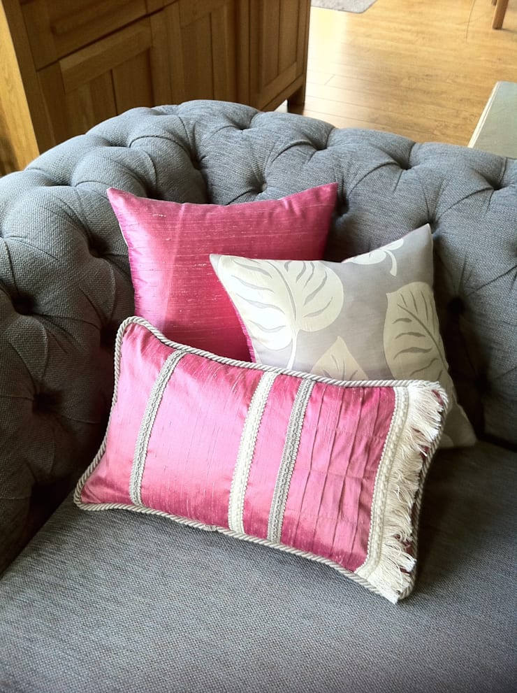 Beautiful Bespoke Cushions:  Living room by Amoloulou Limited