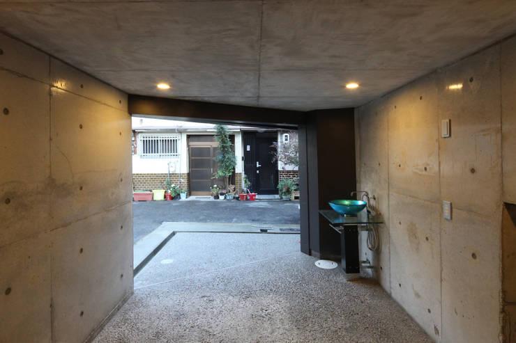 8.8坪の家 – スキップフロアの狭小住宅 –: atelier mが手掛けたガレージです。