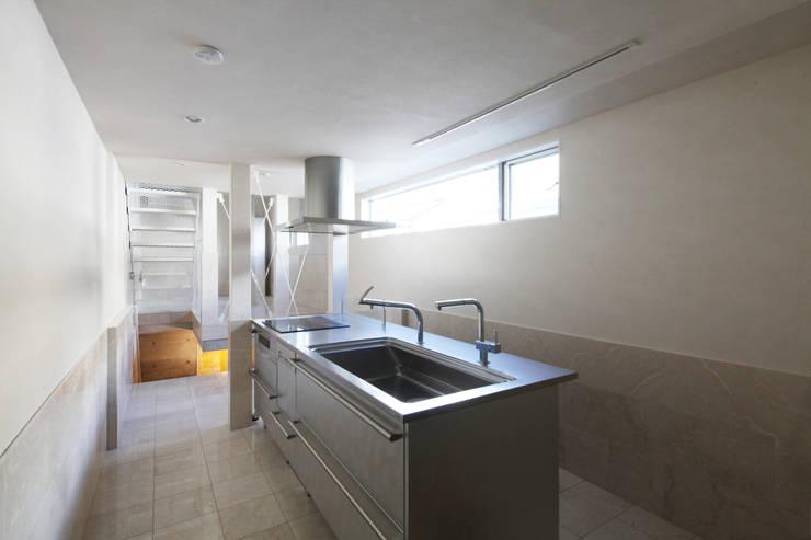 8.8坪の家 – スキップフロアの狭小住宅 –: atelier mが手掛けたキッチンです。