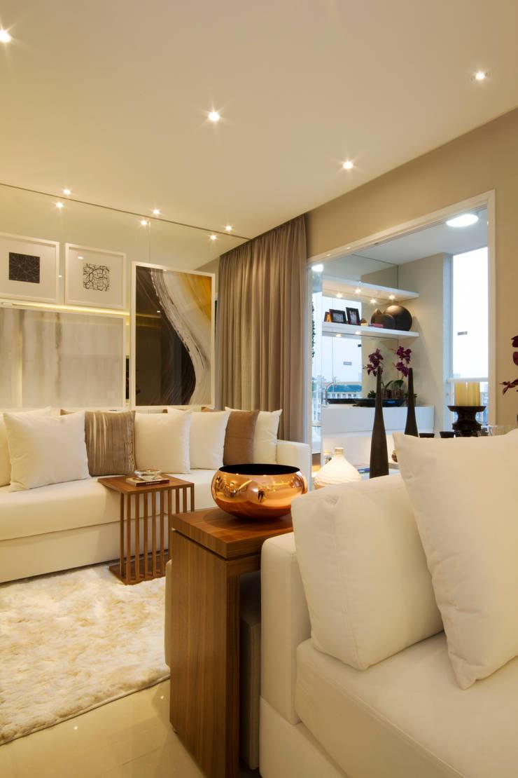 MAC_Otacílio: Salas de estar  por Chris Silveira & Arquitetos Associados