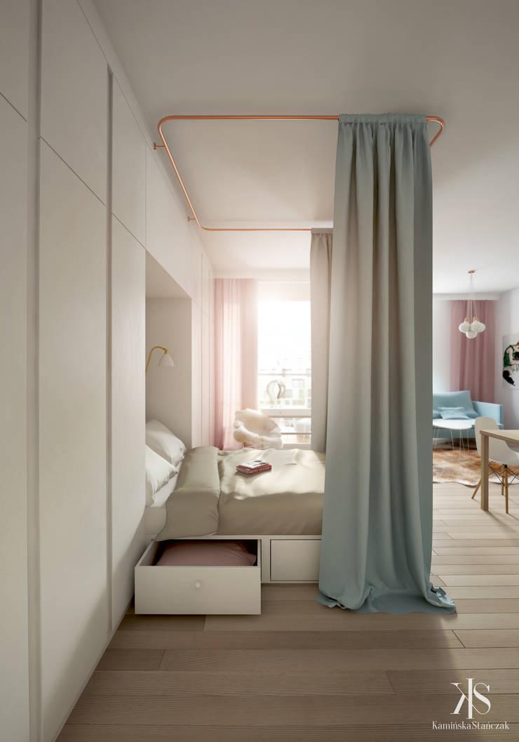 Kawalerka w Warszawie: styl , w kategorii Sypialnia zaprojektowany przez Kamińska Stańczak