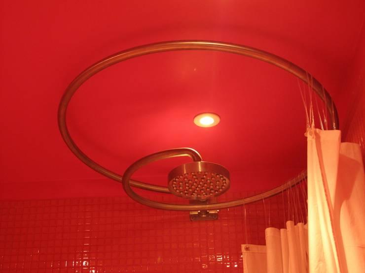 La Maison de Gilles & Nathalie: Salle de bains de style  par Maguelone Vidal Architectures