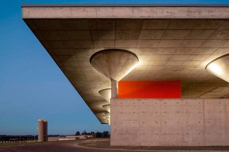 Espacios comerciales de estilo  por LoebCapote Arquitetura e Urbanismo, Moderno
