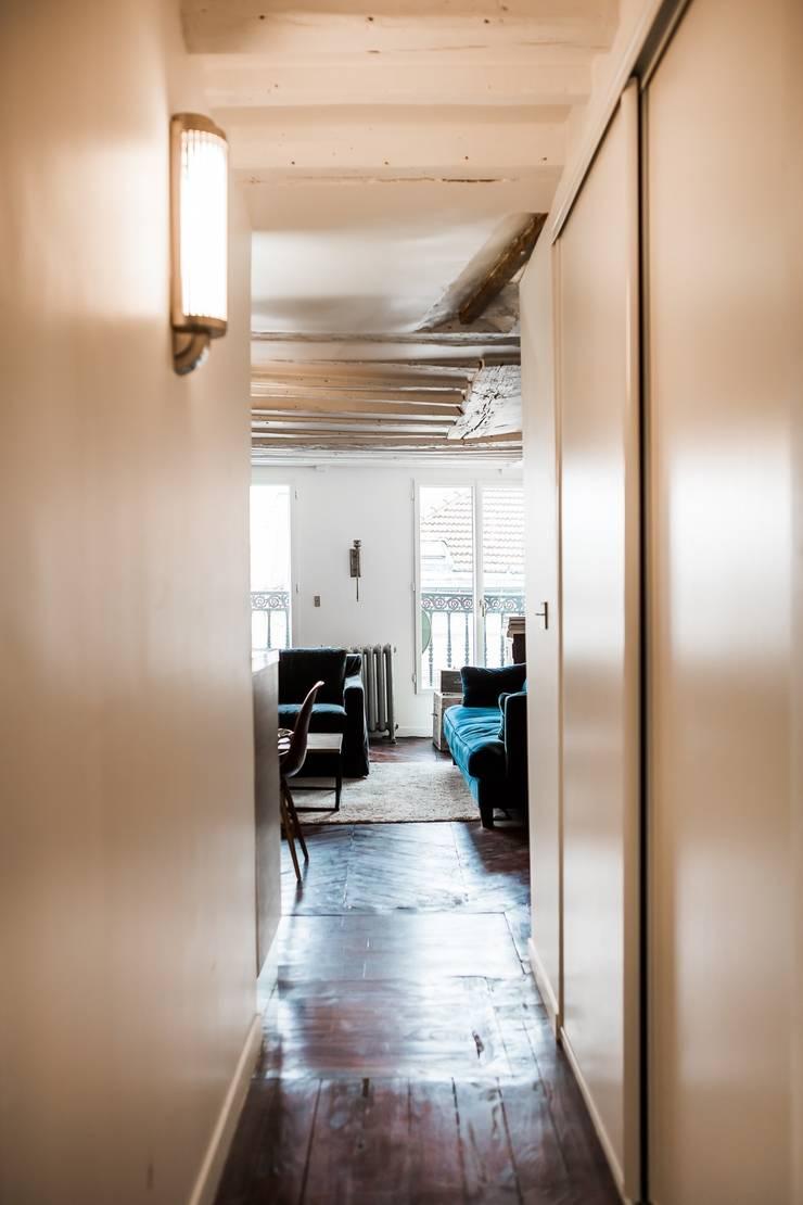 Appartement Montorgueil Paris: Couloir et hall d'entrée de style  par Hélène de Tassigny