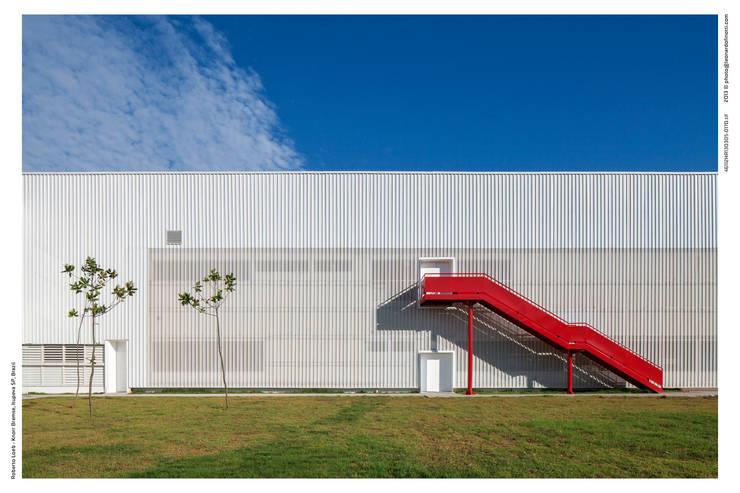 Detalhe da Escada de Emergência: Espaços comerciais  por LoebCapote Arquitetura e Urbanismo