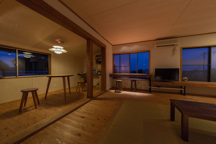 House Ookimati: エコリコデザイン一級建築士事務所が手掛けたリビングです。