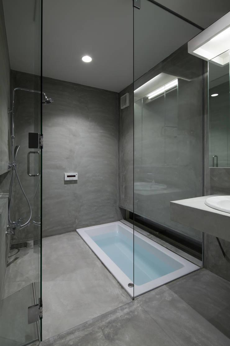 1階 浴室・洗面室: 井戸健治建築研究所 / Ido, Kenji Architectural Studioが手掛けた浴室です。