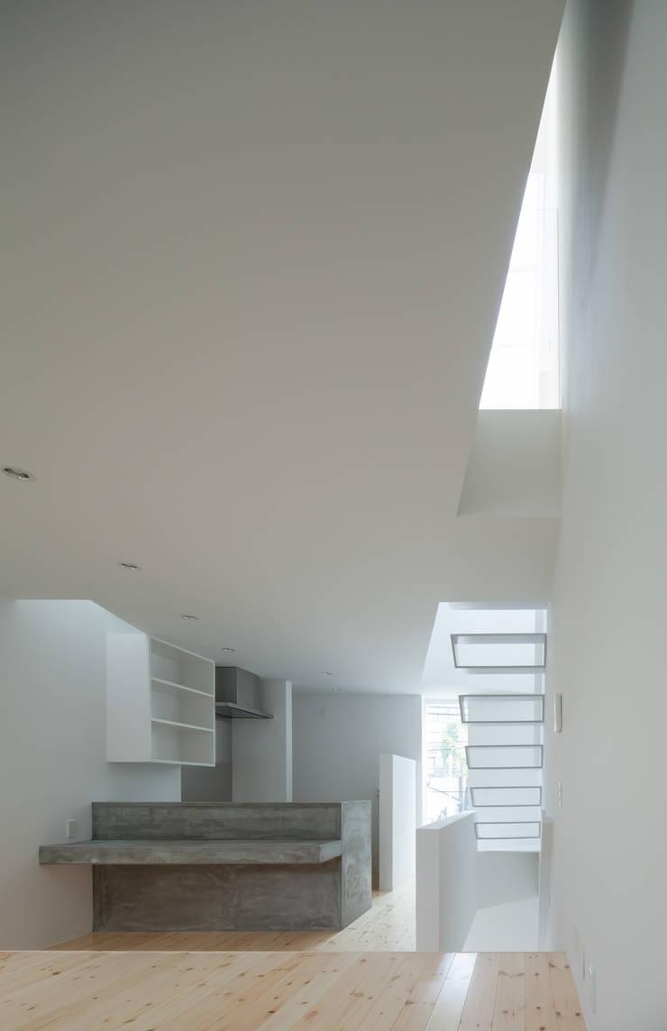 2階 リビング・ダイニング・キッチン: 井戸健治建築研究所 / Ido, Kenji Architectural Studioが手掛けたリビングです。