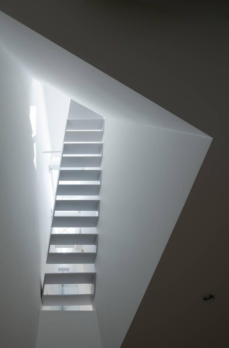 2階リビング上部吹抜け: 井戸健治建築研究所 / Ido, Kenji Architectural Studioが手掛けたリビングです。
