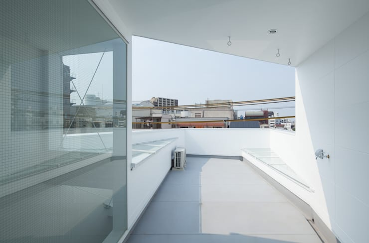 屋上テラス: 井戸健治建築研究所 / Ido, Kenji Architectural Studioが手掛けたベランダです。