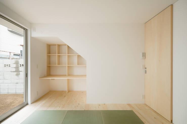 1階 寝室: 井戸健治建築研究所 / Ido, Kenji Architectural Studioが手掛けた寝室です。