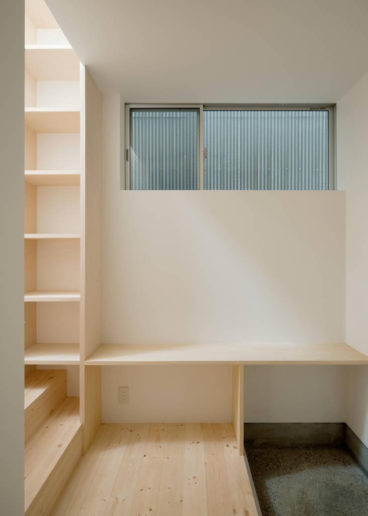 1階 玄関: 井戸健治建築研究所 / Ido, Kenji Architectural Studioが手掛けた廊下 & 玄関です。,北欧