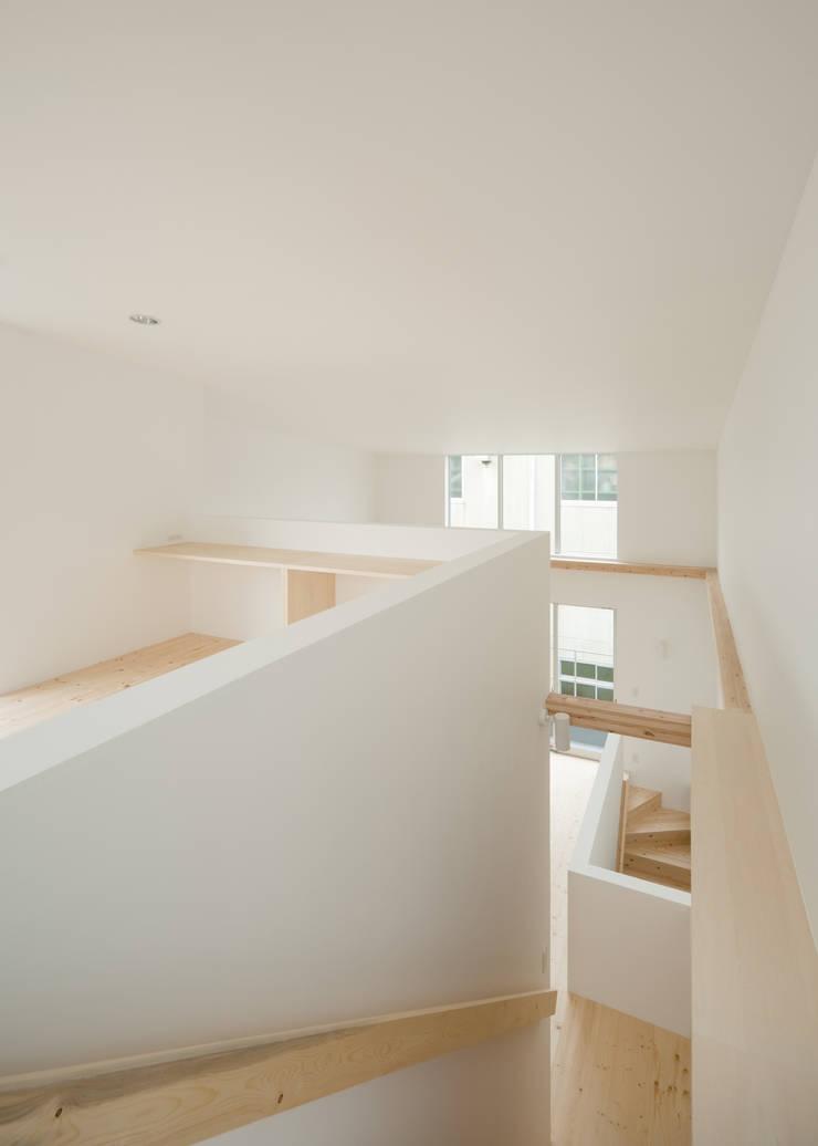 3階から吹抜けを見る: 井戸健治建築研究所 / Ido, Kenji Architectural Studioが手掛けた和室です。,北欧