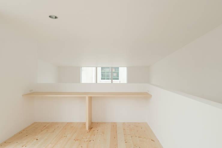 3階洋室: 井戸健治建築研究所 / Ido, Kenji Architectural Studioが手掛けた和室です。