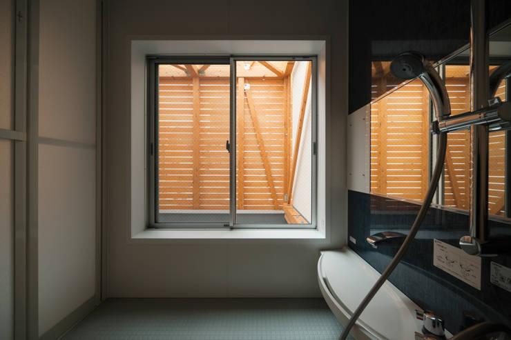 2階 浴室とバスコート: 井戸健治建築研究所 / Ido, Kenji Architectural Studioが手掛けた浴室です。