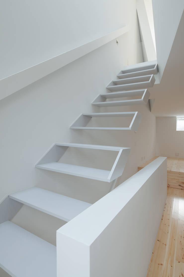 2〜3階階段: 井戸健治建築研究所 / Ido, Kenji Architectural Studioが手掛けた廊下 & 玄関です。
