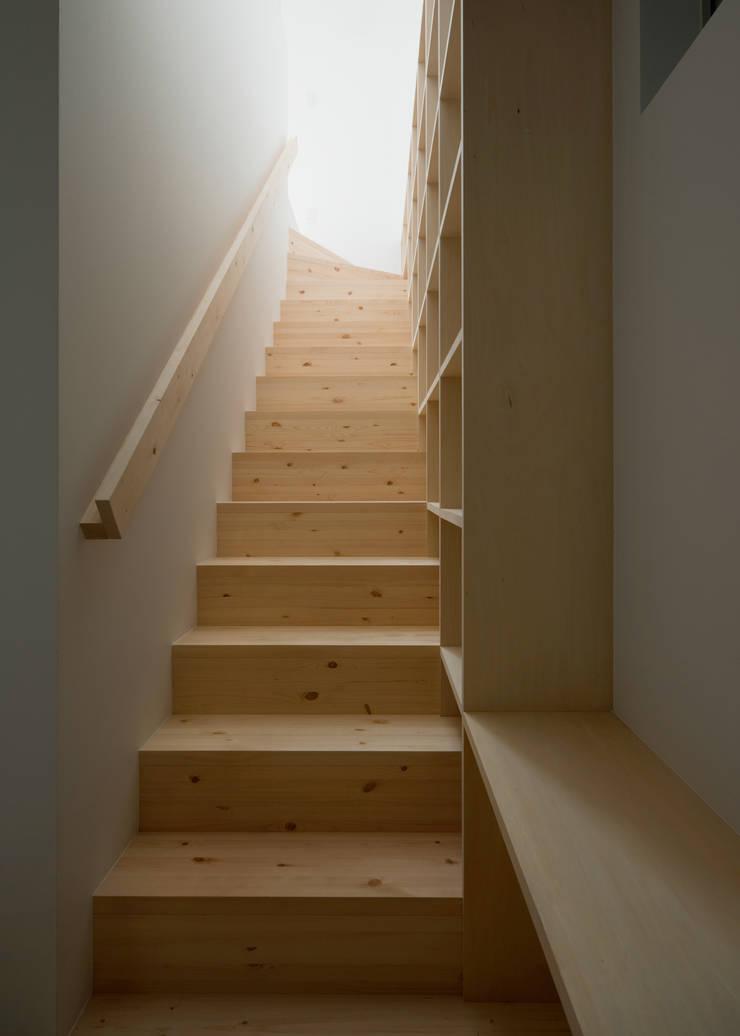 1〜2階階段: 井戸健治建築研究所 / Ido, Kenji Architectural Studioが手掛けた廊下 & 玄関です。