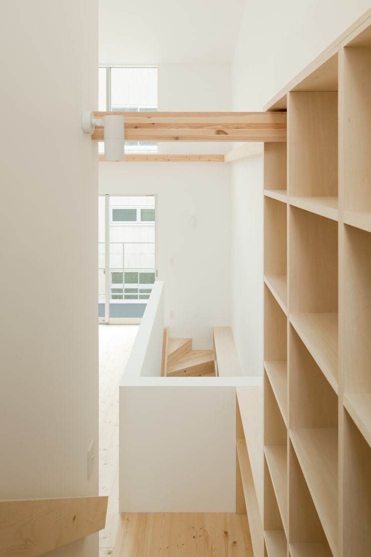 2〜3階階段: 井戸健治建築研究所 / Ido, Kenji Architectural Studioが手掛けた廊下 & 玄関です。,北欧