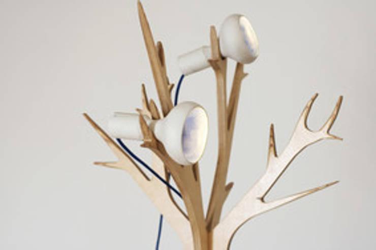 Lampe HANNIBAL: Salon de style  par Good Morning Design