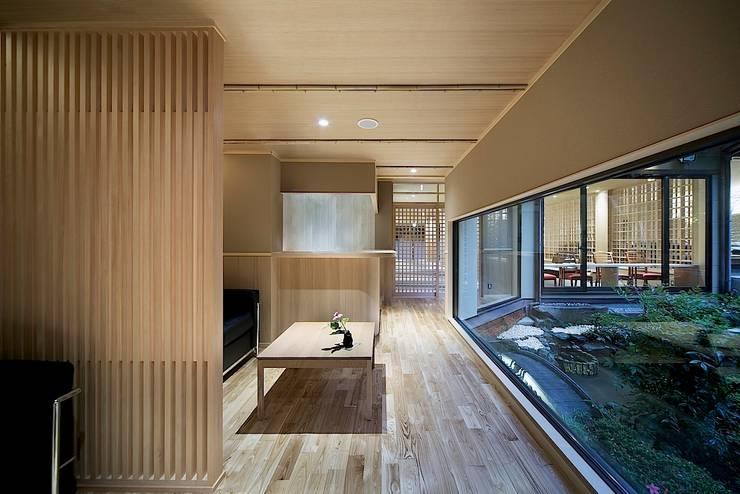 城崎温泉湯楽 Yuraku Kinosaki Spa & Gardens: 有限会社 ディー・アーキテクツが手掛けたバー & クラブです。