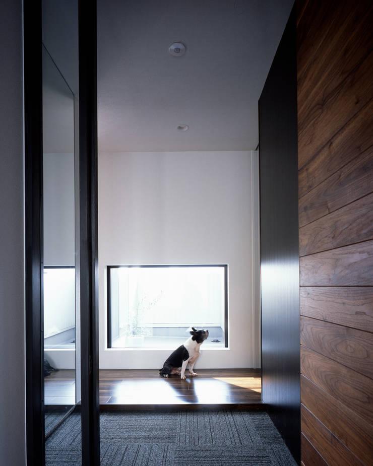 連島の家-kurashiki-: タカオジュン建築設計事務所-JUNTAKAO.ARCHITECTS-が手掛けた廊下 & 玄関です。,モダン