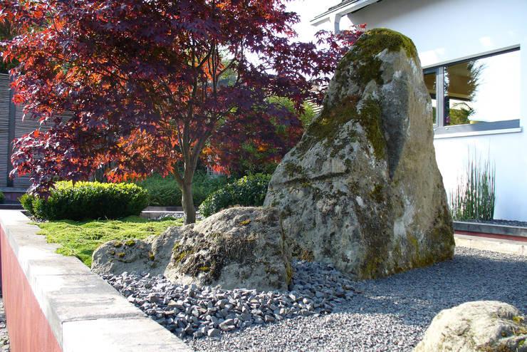 Vorgarten: asiatischer Garten von ROJI Japanische Gärten