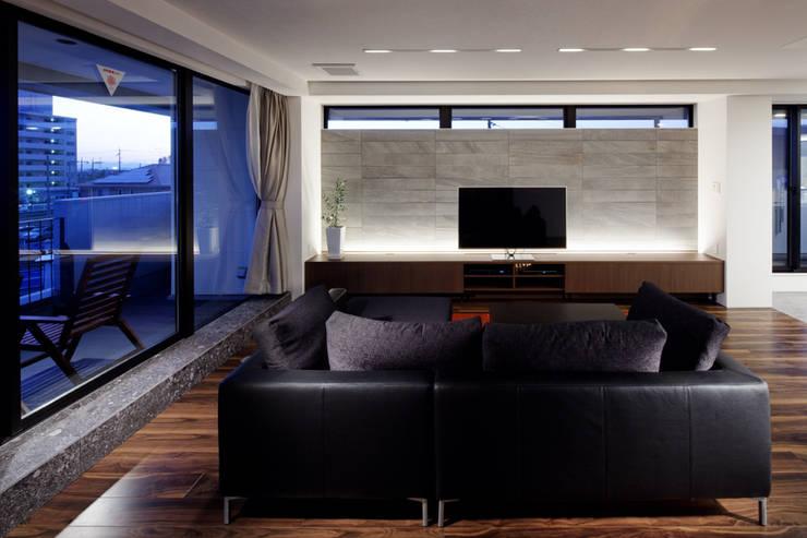 連島の家-kurashiki-: タカオジュン建築設計事務所-JUNTAKAO.ARCHITECTS-が手掛けたリビングです。,モダン