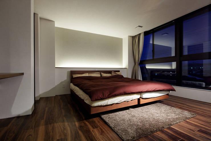 連島の家-kurashiki-: タカオジュン建築設計事務所-JUNTAKAO.ARCHITECTS-が手掛けた寝室です。