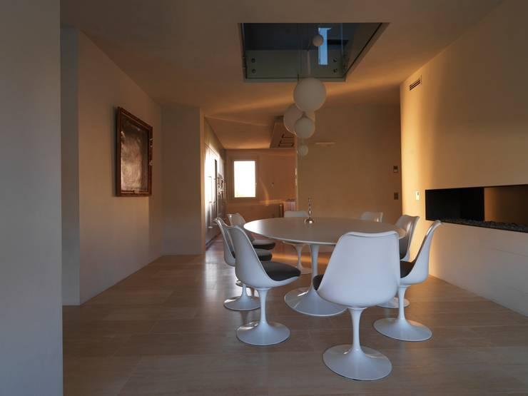 renovation in North Italy: Sala da pranzo in stile in stile Minimalista di Vegni Design