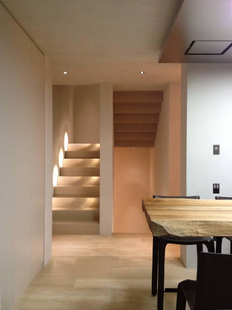 Pasillos, vestíbulos y escaleras de estilo minimalista de Vegni Design Minimalista