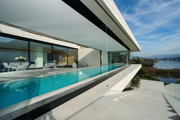 Villa, Vierwaldstätter See - Außenansicht mit Pool: moderne Häuser von Franken-Schotter GmbH & Co. KG