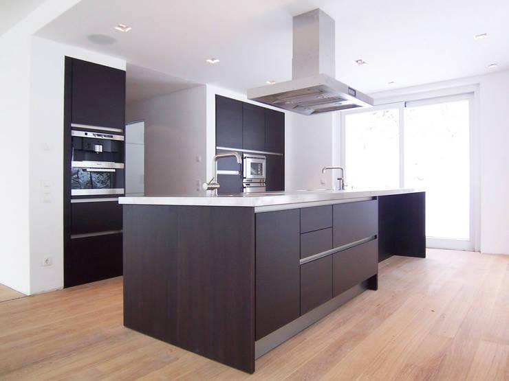 Villa AG11: skandinavische Küche von Firmhofer + Günther Architekten