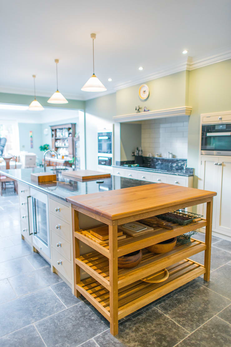 The Earlsfield Traditional Kitchen:  Kitchen by NAKED Kitchens