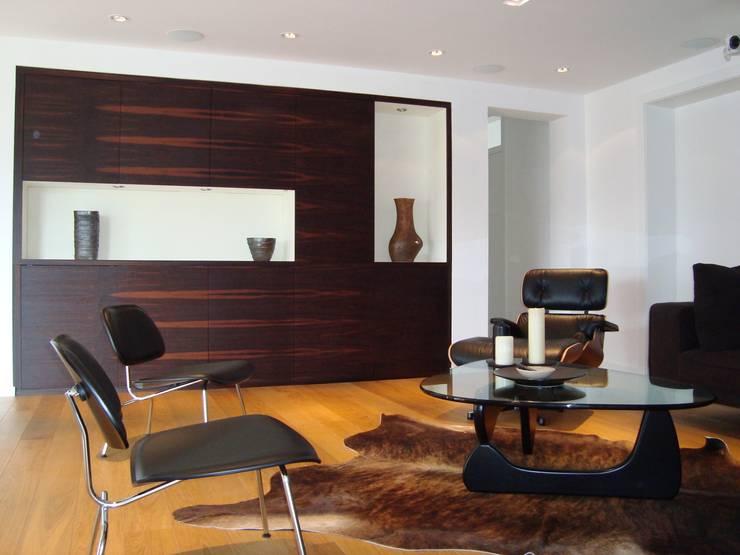 Villa AG11: skandinavischer Multimedia-Raum von Firmhofer + Günther Architekten