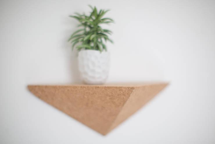 Étagère triangulaire en liège April Eleven: Bureau de style  par APRIL ELEVEN