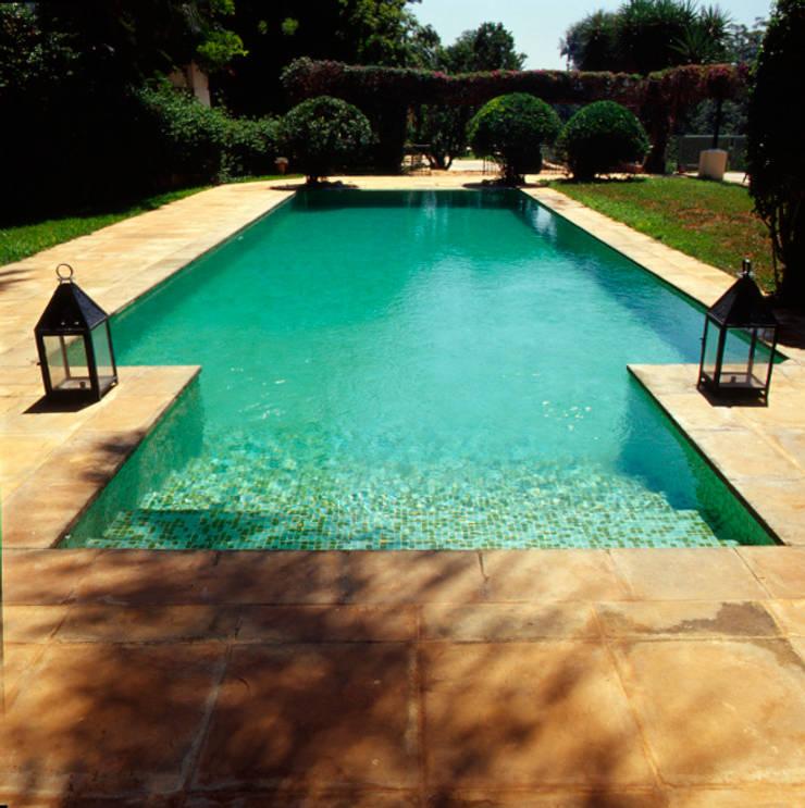 Piscine: Maison de style  par alia bengana architecte