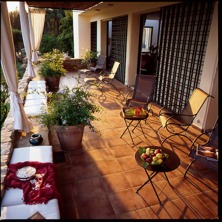 Terrasse  au premier étage sur les orangers: Maison de style  par alia bengana architecte
