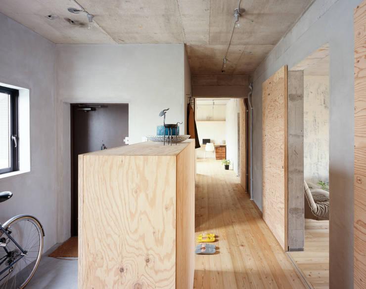 SUGAWAHOUSE: 苅部 寛子建築設計事務所 /OFFICE OF KARIBE HIROKOが手掛けた廊下 & 玄関です。