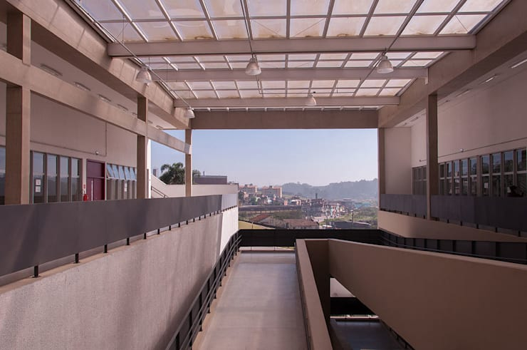 Escuelas de estilo moderno de ODVO Arquitetura e Urbanismo Moderno