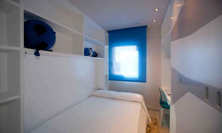 Casa en playa Mediterraneo: Dormitorios de estilo moderno de Artemark Global