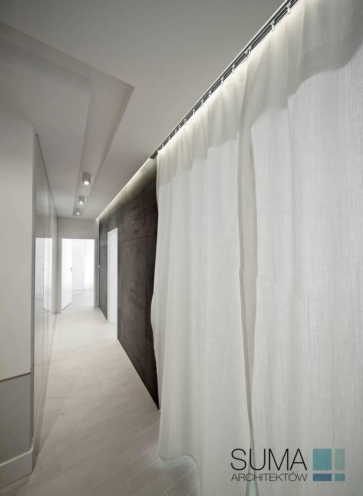 WHITE ONE: styl , w kategorii Korytarz, przedpokój zaprojektowany przez SUMA Architektów