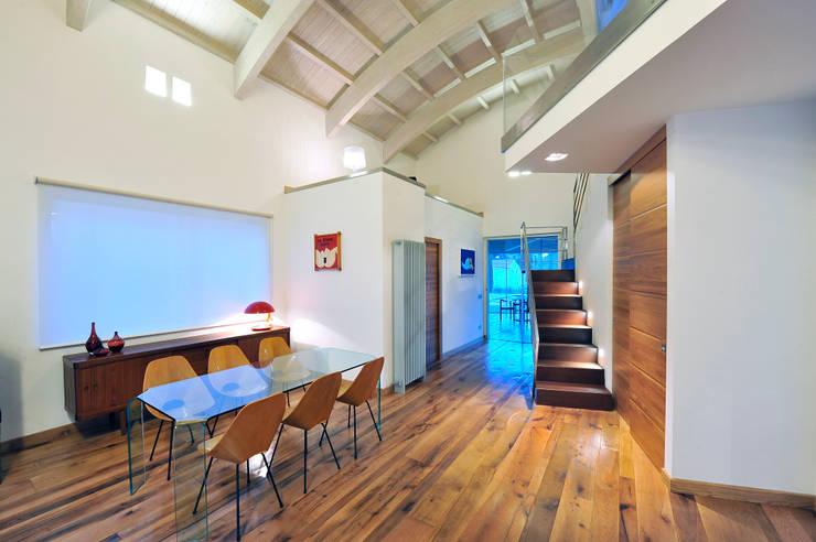 Villa Aquilani : Sala da pranzo in stile in stile Moderno di  INO PIAZZA studio