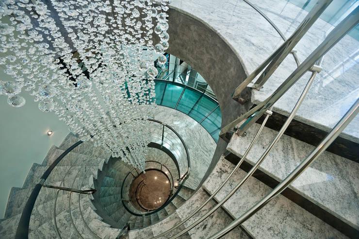 Vestíbulos, pasillos y escaleras de estilo  por Artemark Global