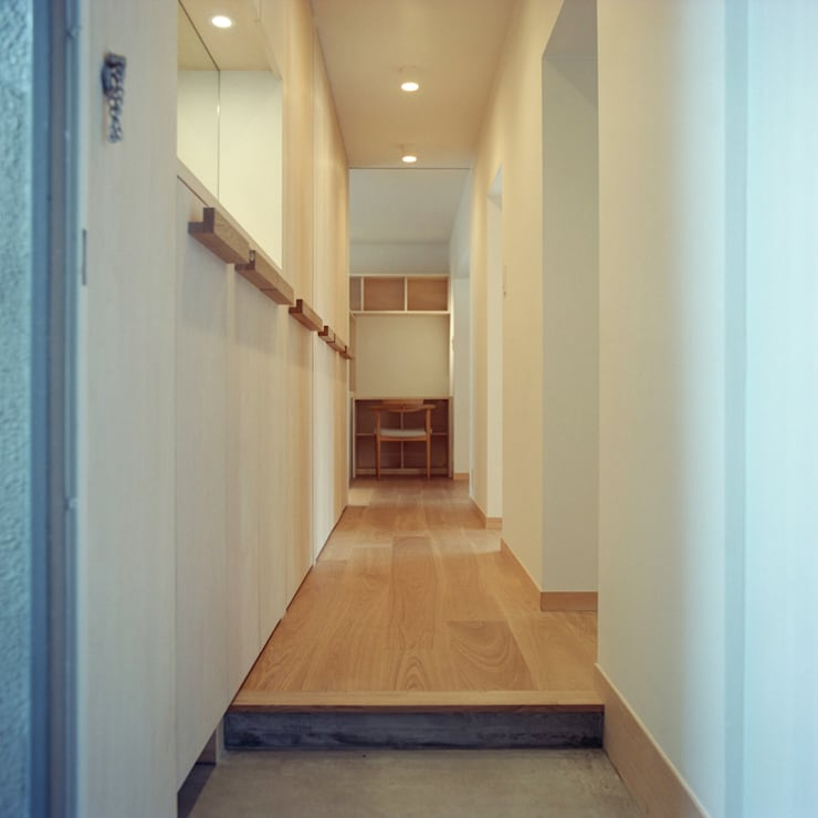 U-House: AIDAHO Inc.が手掛けた廊下 & 玄関です。