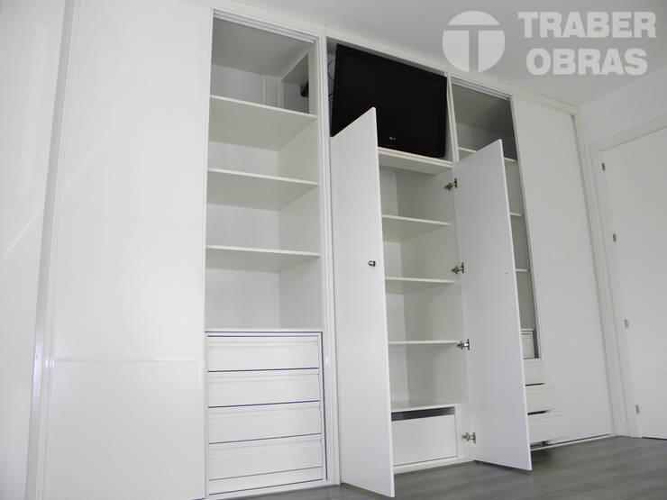 Armario empotrado con TV integrada.: Dormitorios de estilo  de Traber Obras