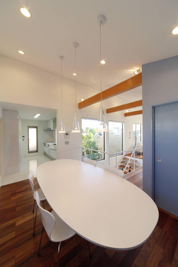 川を望む家: ヒロノアソシエイツ一級建築士事務所が手掛けたダイニングです。,モダン